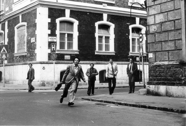Demszky Gábor fotója, amint a titkosszolgálat követi Kőszeg Ferencet 1983-ban.